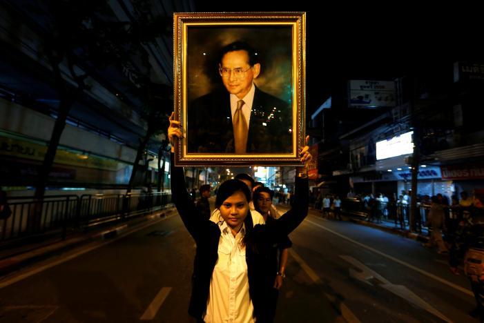 Một năm ngày mất Quốc vương Bhumibol Adulyadej: Những hình ảnh nỗi đau mất mát mà người dân Thái Lan không bao giờ quên - Ảnh 11.