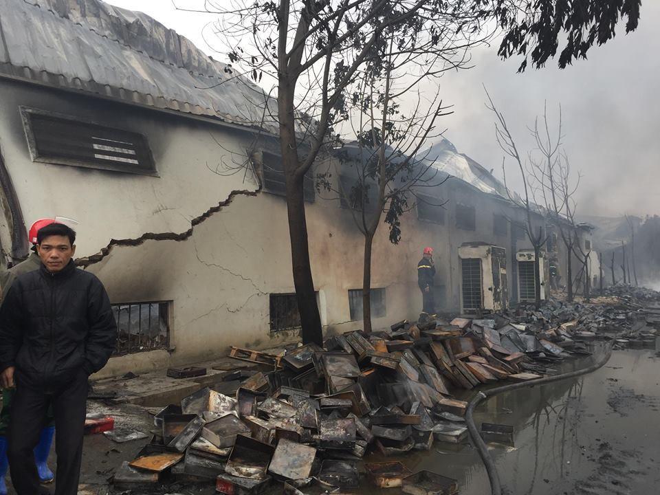 Hiện trường tan hoang sau đám cháy lớn ở Công ty bánh kẹo - Ảnh 11.