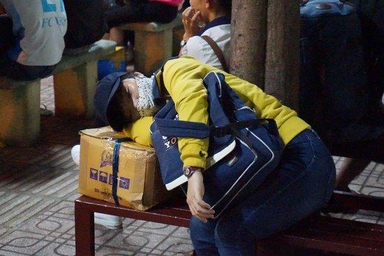 Bến xe Sài Gòn kẹt cứng lúc 2h sáng, khách vật vờ tìm đường về - Ảnh 12.