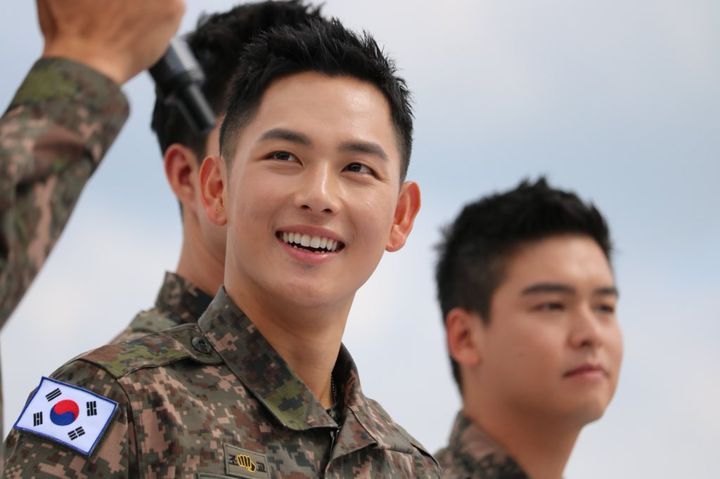 Biệt đội mỹ nam hàng đầu xứ Hàn trong quân ngũ thành hiện tượng vì đẹp hơn cả Hậu duệ mặt trời - Ảnh 12.