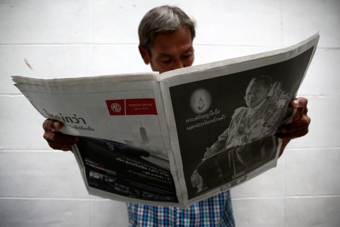 Một năm ngày mất Quốc vương Bhumibol Adulyadej: Những hình ảnh nỗi đau mất mát mà người dân Thái Lan không bao giờ quên - Ảnh 29.
