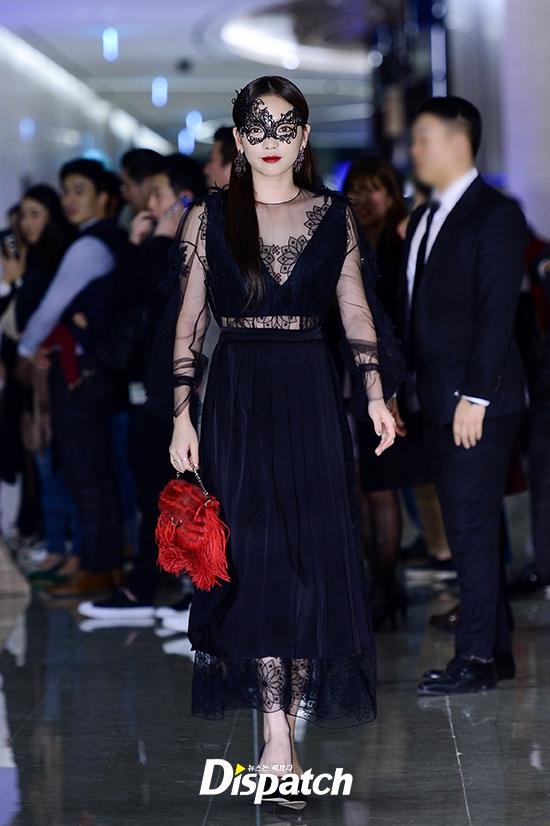 """Sự kiện hiếm có: """"Mẹ Kim Tan"""" Kim Sung Ryung hở bạo, cùng dàn mỹ nhân không tuổi thay nhau """"đè bẹp"""" các nhan sắc đàn em"""
