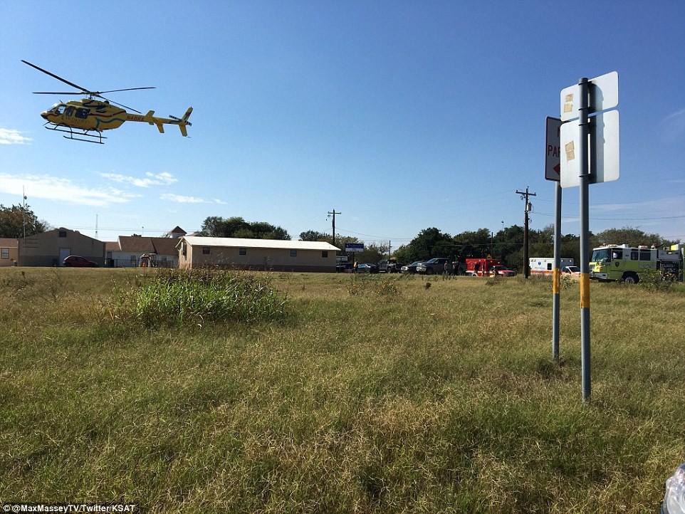 Khung cảnh thương tâm tại nhà thờ, nơi gần 60 người thương vong trong vụ xả súng đẫm máu tại bang Texas, Mỹ - Ảnh 13.