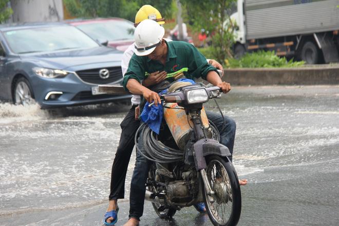 Mưa từ sáng sớm, người Sài Gòn bì bõm lội nước, chen chúc nhau đi làm - Ảnh 13.