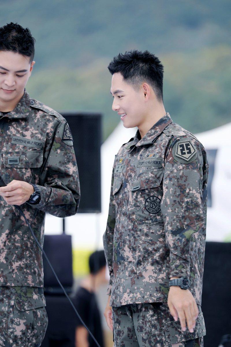Biệt đội mỹ nam hàng đầu xứ Hàn trong quân ngũ thành hiện tượng vì đẹp hơn cả Hậu duệ mặt trời - Ảnh 13.