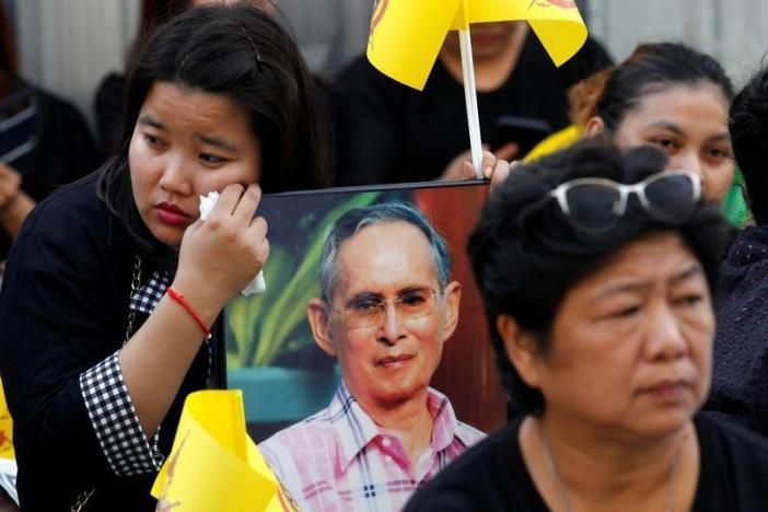 Một năm ngày mất Quốc vương Bhumibol Adulyadej: Những hình ảnh nỗi đau mất mát mà người dân Thái Lan không bao giờ quên - Ảnh 30.