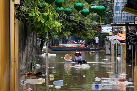 Hình ảnh lũ lụt miền Trung ngập tràn báo chí nước ngoài - Ảnh 13.