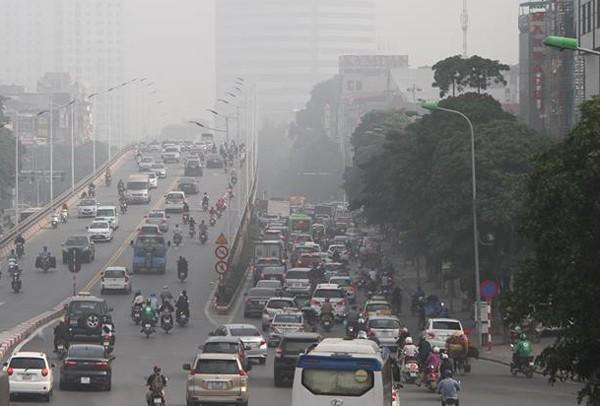 Sương mù dày đặc bao trùm toàn bộ TP Hà Nội, các phương tiện phải bật đèn chiếu sáng tránh va chạm - Ảnh 13.