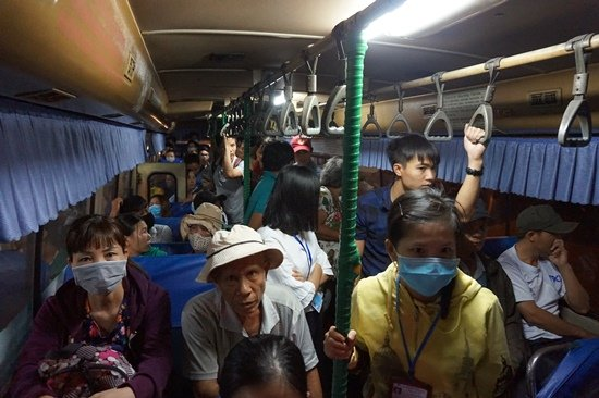 Bến xe Sài Gòn kẹt cứng lúc 2h sáng, khách vật vờ tìm đường về - Ảnh 14.