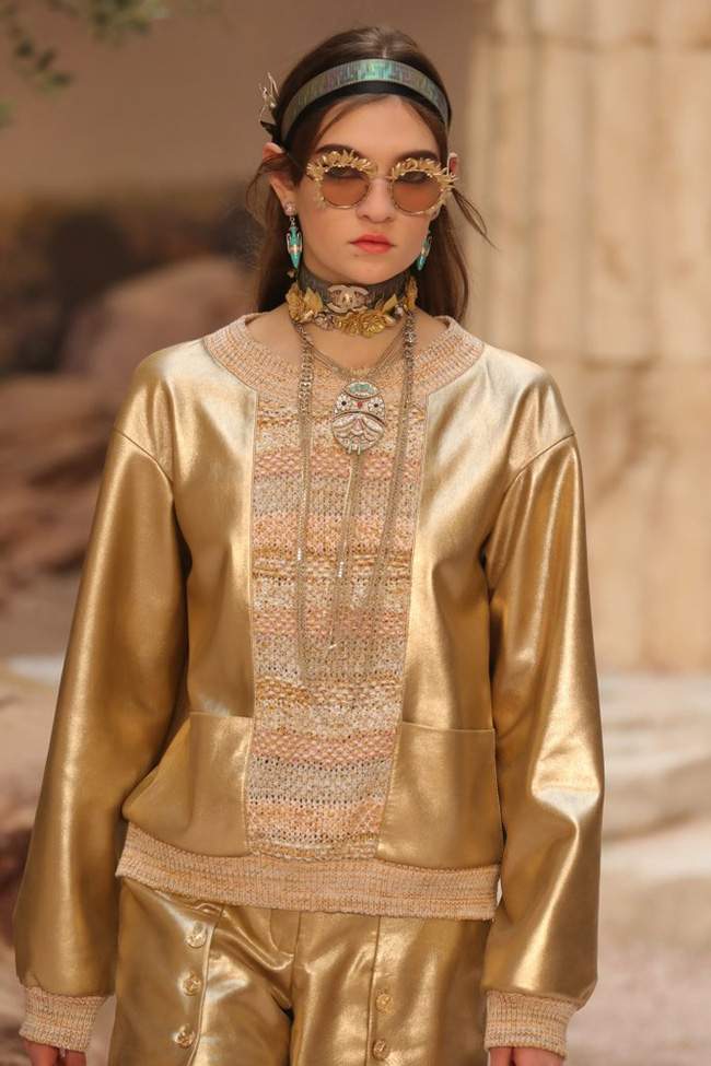 Hết đưa người xem lên vũ trụ, Chanel lại biến runway thành Hy Lạp cổ đại - Ảnh 14.