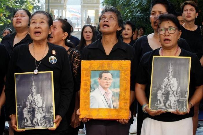 Một năm ngày mất Quốc vương Bhumibol Adulyadej: Những hình ảnh nỗi đau mất mát mà người dân Thái Lan không bao giờ quên - Ảnh 31.