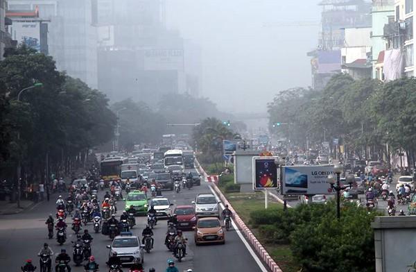 Sương mù dày đặc bao trùm toàn bộ TP Hà Nội, các phương tiện phải bật đèn chiếu sáng tránh va chạm - Ảnh 14.