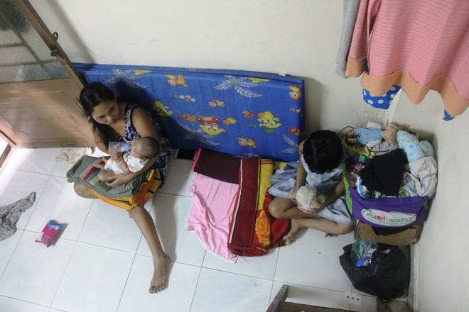 Bố theo vợ lẻ, con gái 7 tuổi bỏ học giữa chừng chăm em 2 tháng tuổi để mẹ đi ở đợ