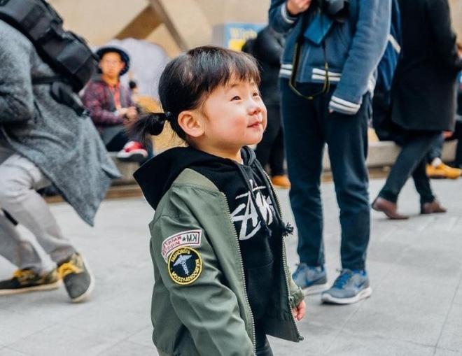 Ai là nhân vật đứng phía sau những nhóc tỳ sành điệu tại Tuần lễ thời trang Seoul? - Ảnh 16.