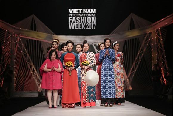 Ngô Thanh Vân cùng NTK Thủy Nguyễn và dàn mẫu thướt tha trong tà áo dài trên sân khấu Vietnam International Fashion Week 2017