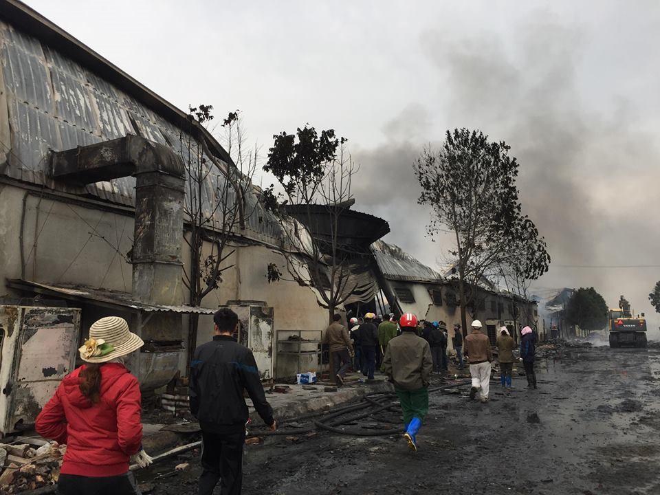 Hiện trường tan hoang sau đám cháy lớn ở Công ty bánh kẹo - Ảnh 16.