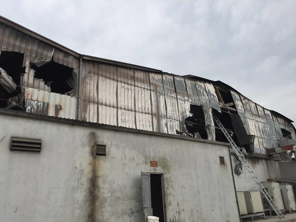 Hiện trường tan hoang sau đám cháy lớn ở Công ty bánh kẹo - Ảnh 17.