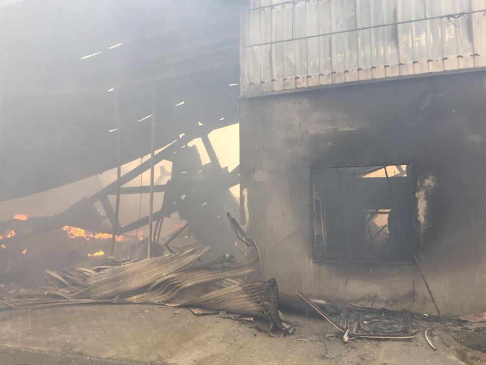Hiện trường tan hoang sau đám cháy lớn ở Công ty bánh kẹo - Ảnh 18.
