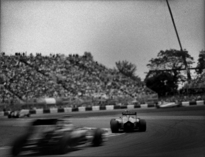Nhiếp ảnh gia chớp khoảnh khắc của những chiếc xe đua Công thức 1 với chiếc máy ảnh 104 tuổi, và đây là kết quả - Ảnh 36.