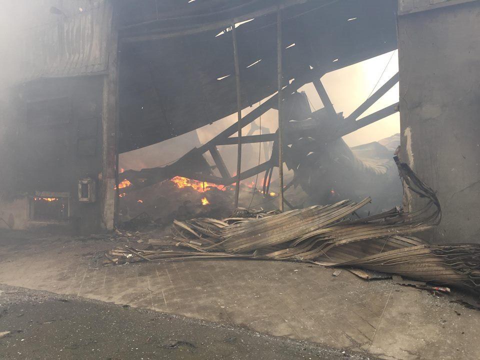Hiện trường tan hoang sau đám cháy lớn ở Công ty bánh kẹo - Ảnh 19.