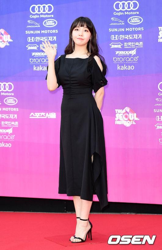 """Sao Hàn: Thảm đỏ The Seoul Awards: """"Hoa hậu Hàn đẹp nhất thế giới"""" chiếm hết spotlight, Yoona (SNSD) liên tục dùng tay che vòng 1 khiêm tốn"""