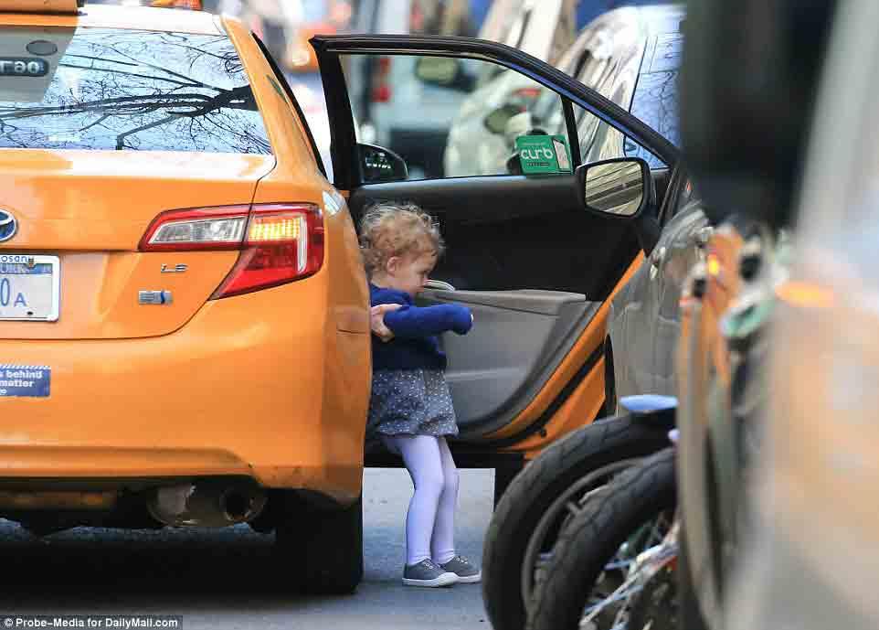 Ái nữ nhà Clinton bị bắt gặp đón taxi đưa con đi học - Ảnh 3.
