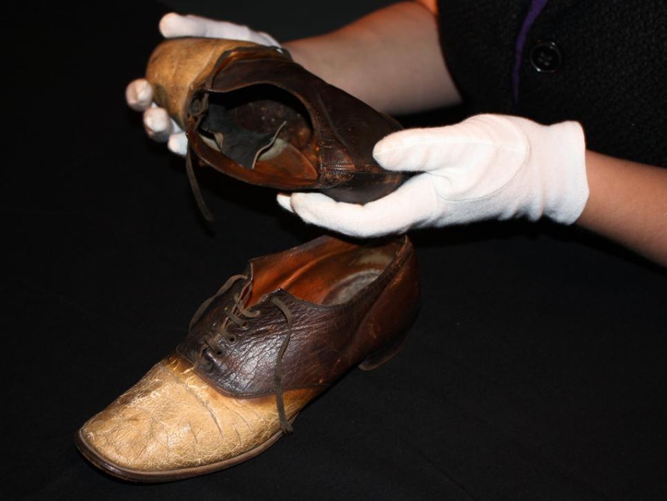 Thoạt nhìn trông không khác đôi giày bình thường nhưng đằng sau ẩn chứa một câu chuyện tội ác - Ảnh 2.