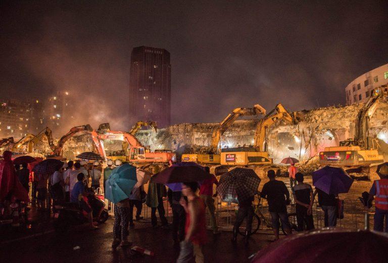 Chỉ sau một đêm, hơn 200 chiếc máy xúc xếp hàng dài đánh sập một cây cầu vượt tại Trung Quốc - Ảnh 3.