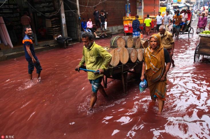 Sự thật đằng sau dòng nước đỏ như máu xuất hiện trên đường sau cơn mưa khiến người dân kinh sợ - Ảnh 3.