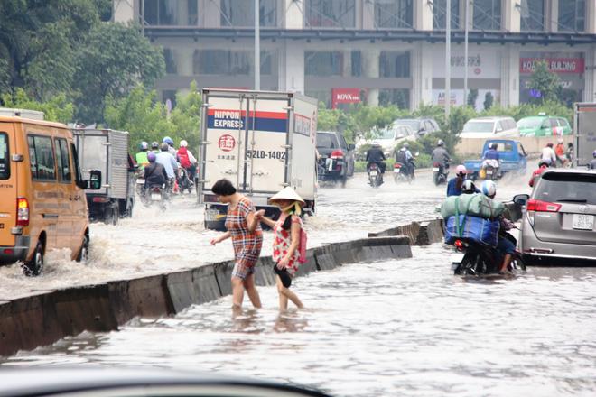 Mưa từ sáng sớm, người Sài Gòn bì bõm lội nước, chen chúc nhau đi làm - Ảnh 3.