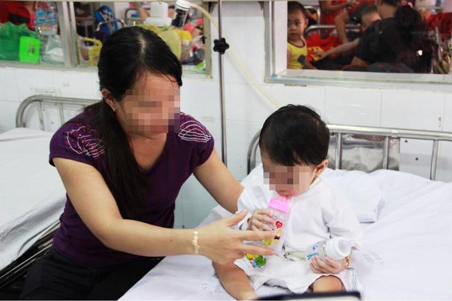TP.HCM: Mẹ cho tắm liền sau khi bú no, bé gái 20 ngày tuổi sặc sữa ngưng thở - Ảnh 3.
