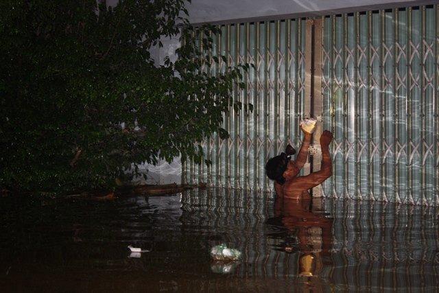 Nước ngập lút nóc nhà, trắng đêm di dời dân - Ảnh 3.