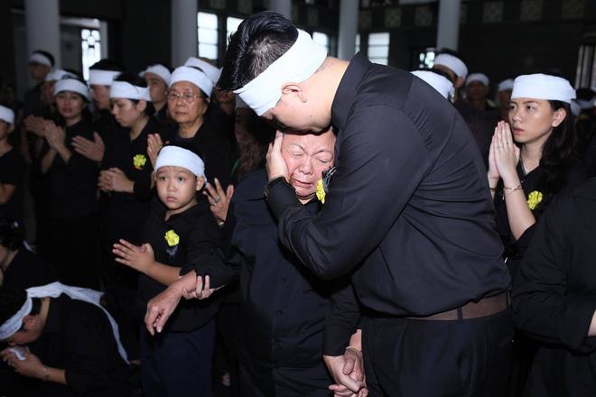 Hàng nghìn học sinh Lương Thế Vinh đứng hai bên đường tiễn đưa đoàn xe chở linh cữu thầy Văn Như Cương về nơi an nghỉ cuối cùng - Ảnh 7.