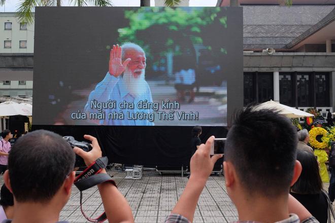 Hàng nghìn học sinh Lương Thế Vinh đứng hai bên đường tiễn đưa đoàn xe chở linh cữu thầy Văn Như Cương về nơi an nghỉ cuối cùng - Ảnh 11.