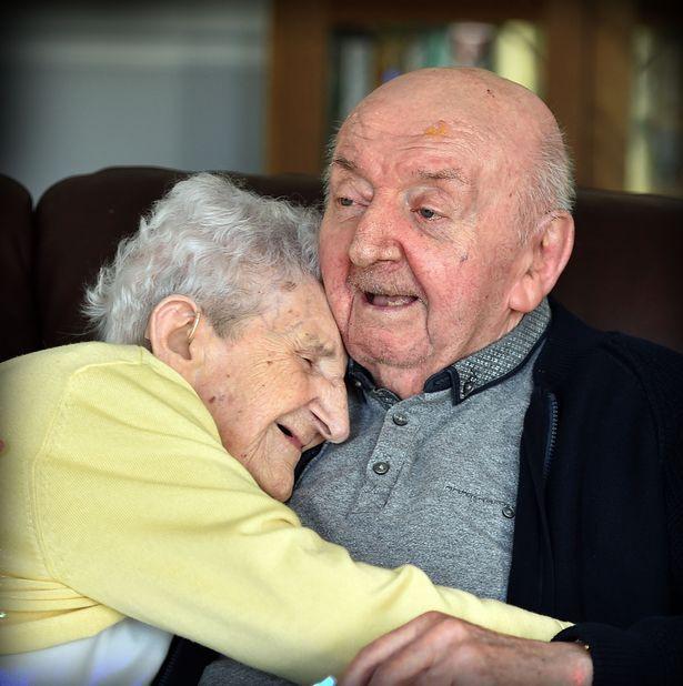Mẹ già trăm tuổi dọn vào viện dưỡng lão để chăm sóc con trai 80 tuổi: Làm mẹ là một việc không bao giờ ngừng! - Ảnh 3.