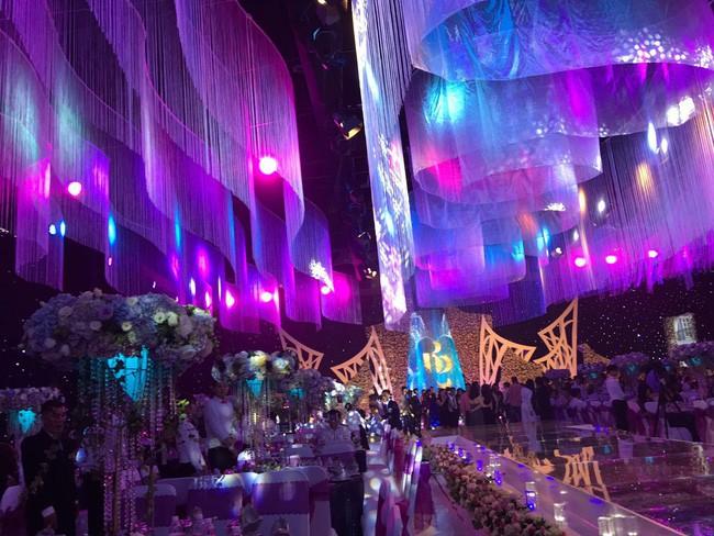Ở Việt Nam cũng có những siêu đám cưới xa hoa, huy động hàng chục vệ sĩ để bảo vệ dàn khách mời toàn người nổi tiếng - Ảnh 4.