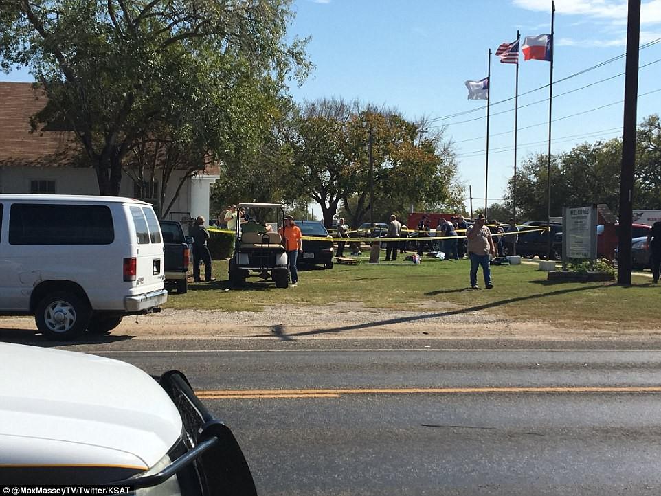 Khung cảnh thương tâm tại nhà thờ, nơi gần 60 người thương vong trong vụ xả súng đẫm máu tại bang Texas, Mỹ - Ảnh 4.