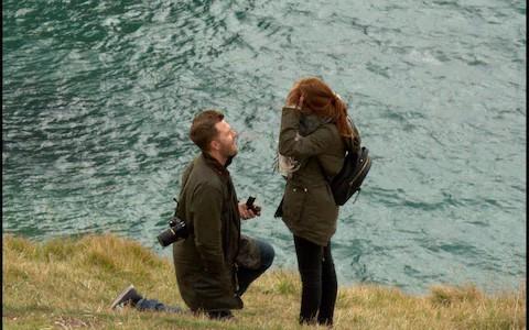 Cầu hôn bí mật ở một địa điểm đẹp như mơ, cặp đôi bỗng dưng bị cư dân mạng lùng sục điên đảo - Ảnh 3.