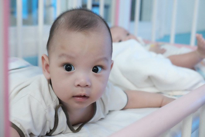 Bé trai bị vứt ở lề đường, kiến lửa bò đầy miệng, 7 tháng trời nằm trong bệnh viện ở Sài Gòn - Ảnh 3.