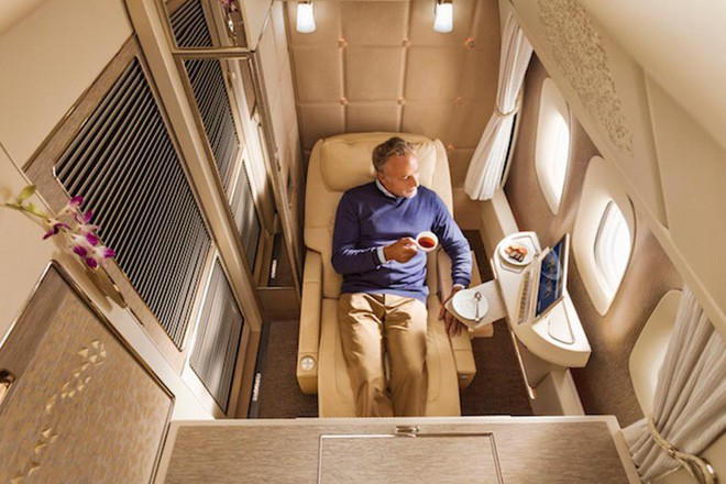 Emirates ra mắt khoang hạng nhất mới siêu sang trên Boeing 777-300ER: lấy cảm hứng Mercedes-Benz S-Class, tích hợp ghế không trọng lực và cửa sổ ảo - Ảnh 3.