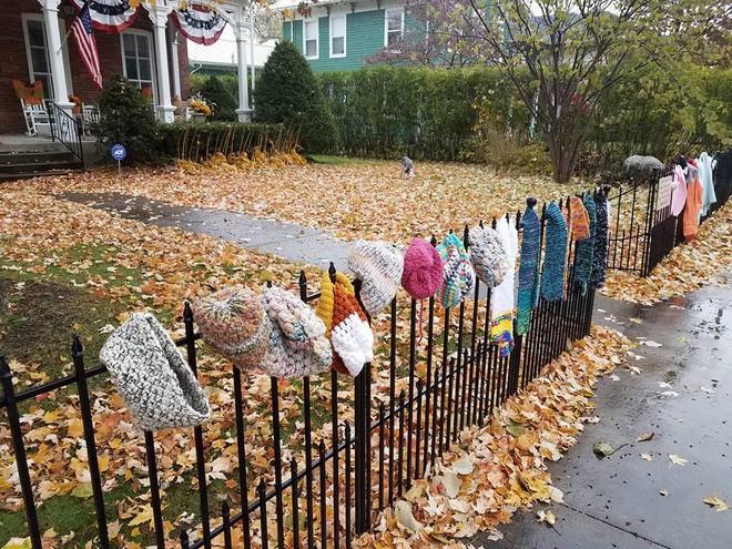 Ai cũng tò mò khi thấy quần áo giăng trên hàng rào, đến khi đọc dòng chữ này, mọi người đều mỉm cười ấm áp - Ảnh 3.