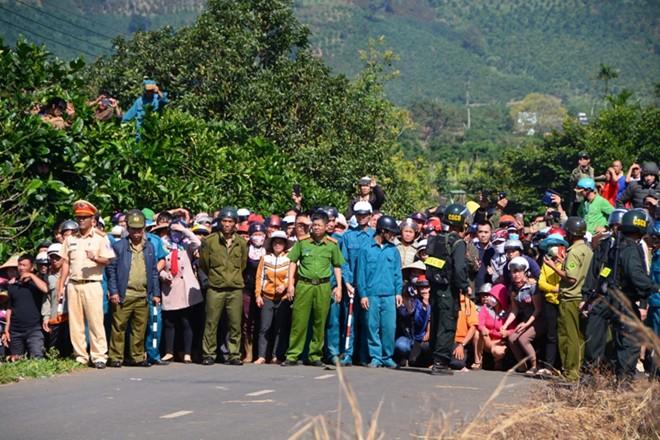 Hàng nghìn người bỏ hái cà phê đi xem dựng lại hiện trường vụ giết người - Ảnh 3.