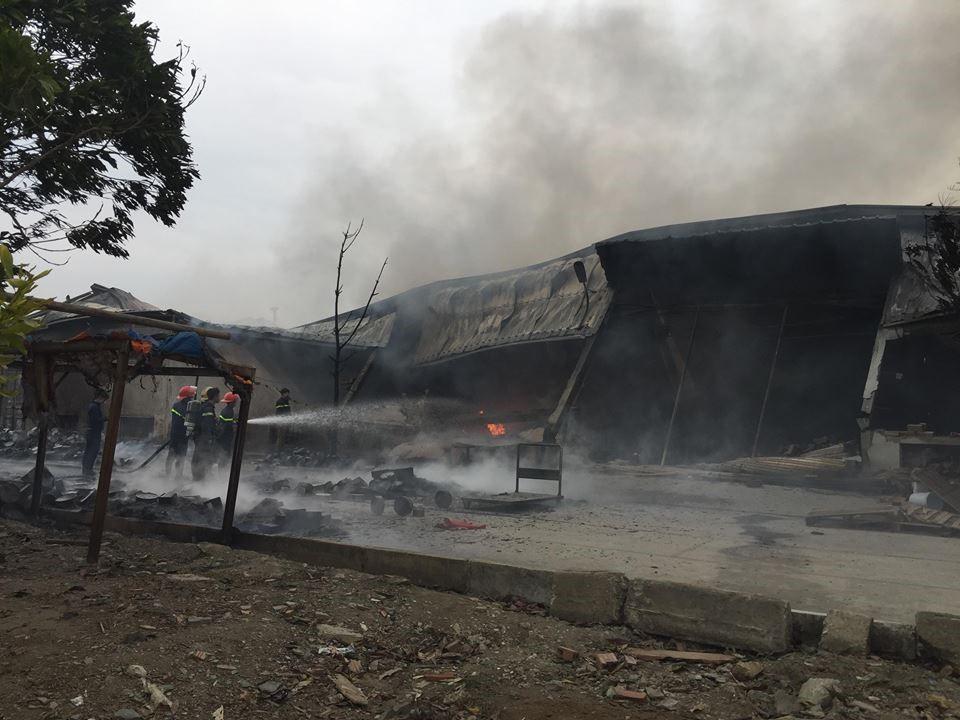 Hiện trường tan hoang sau đám cháy lớn ở Công ty bánh kẹo - Ảnh 3.