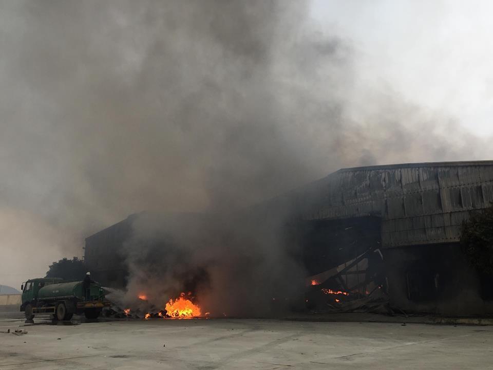 Hiện trường tan hoang sau đám cháy lớn ở Công ty bánh kẹo - Ảnh 21.