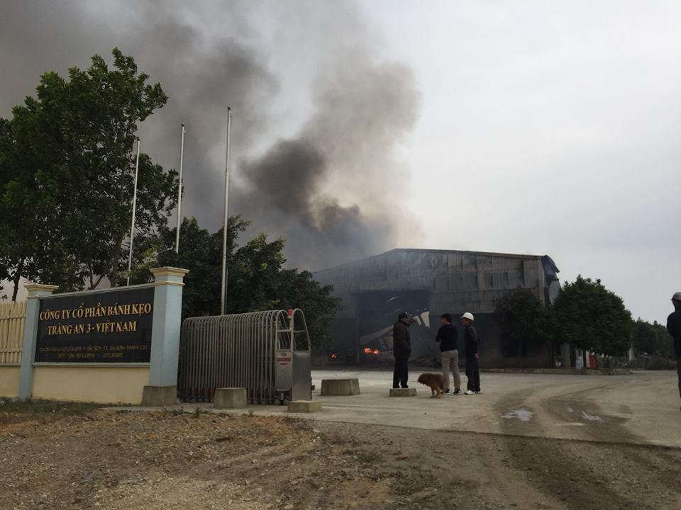 Hiện trường tan hoang sau đám cháy lớn ở Công ty bánh kẹo - Ảnh 22.