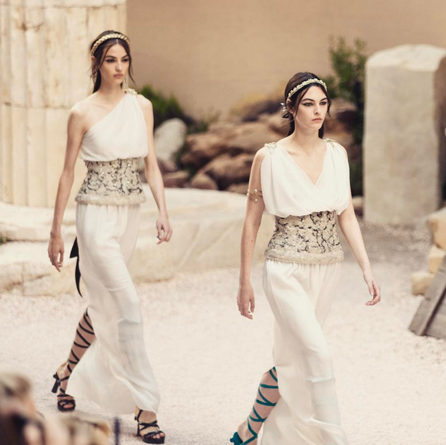 Hết đưa người xem lên vũ trụ, Chanel lại biến runway thành Hy Lạp cổ đại - Ảnh 24.