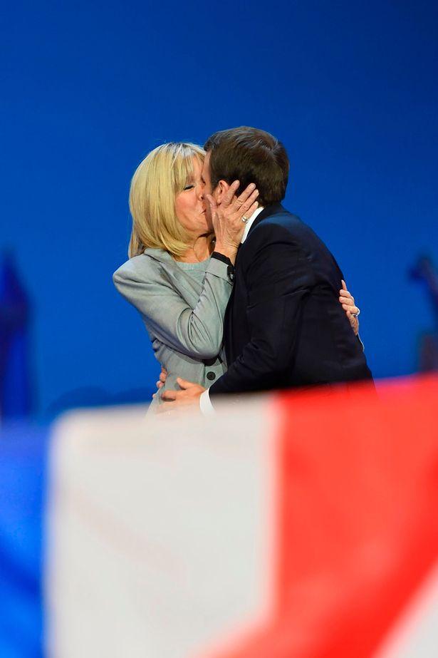 Hành trình nụ hôn 24 năm của vợ chồng tân Tổng thống Pháp: Một tình yêu đẹp và rất đỗi nhiệm màu - Ảnh 3.