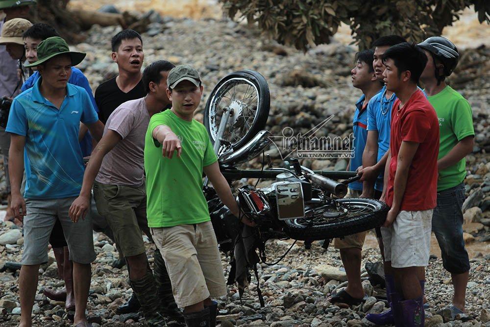Loạt xe máy biến dạng ngoi lên từ bùn lầy sau lũ - Ảnh 4.