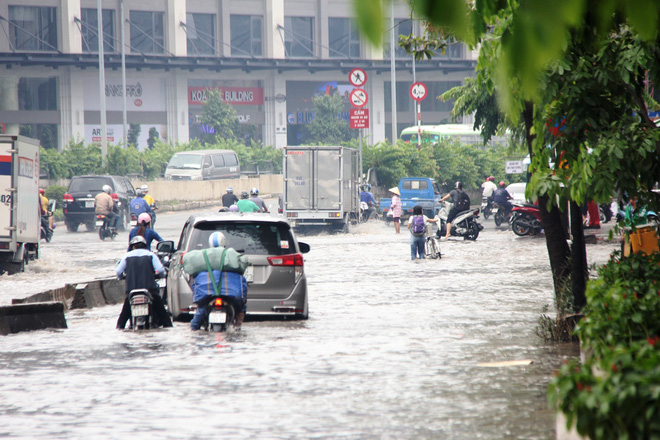 Mưa từ sáng sớm, người Sài Gòn bì bõm lội nước, chen chúc nhau đi làm - Ảnh 4.