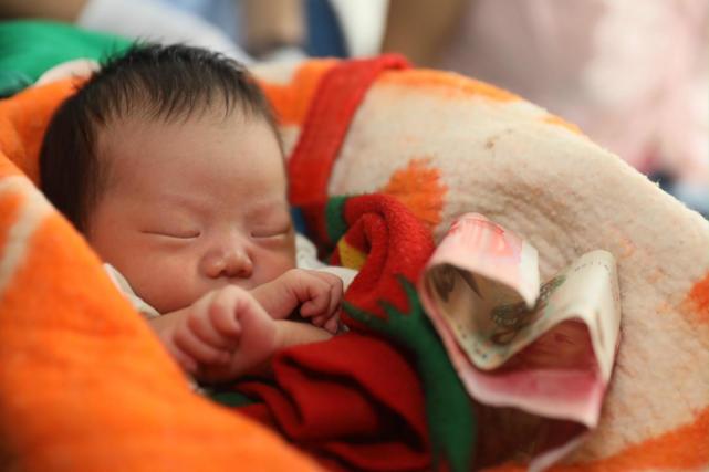 Ôm bé trẻ sơ sinh ngủ li bì mười mấy tiếng trên tàu, tội ác của cặp vợ chồng bị lật tẩy - Ảnh 4.